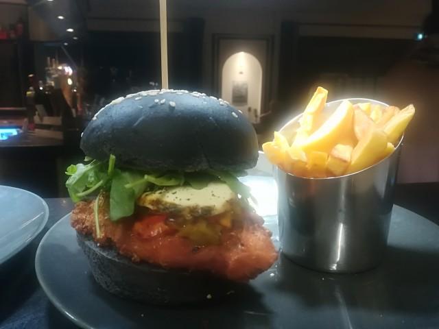 Le Bouchon du P'tit Pont Burger de Poulet Pané / Chèvre frais / Confit de Poivrons / Caviar d'Aubergine