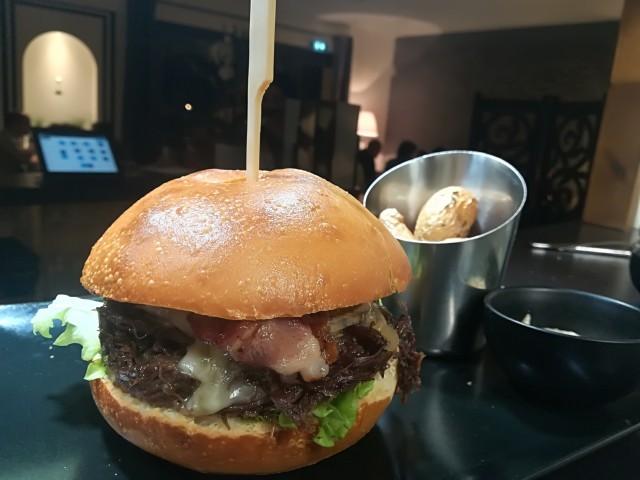 Le Bouchon du P'tit Pont Le Burger de Paleron de Veau