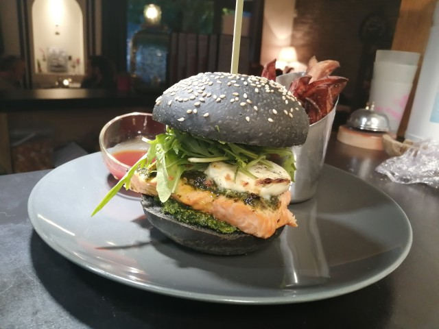 Le Bouchon du P'tit Pont Le Burger de Truite, Chèvre cendrée GAEC Bémol, Pesto aneth-estragon, Pain Charbon naturel