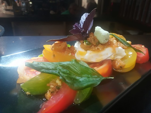 Le Bouchon du P'tit Pont Tomates colorées / Burrata fumée / Pistou Tomates confites et Pignons / Sorbet basilic